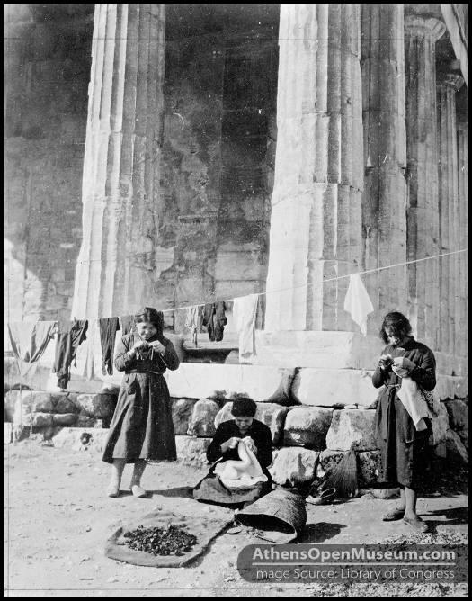 Γυναίκες πρόσφυγες στο ναό του Θησείου στα 1922