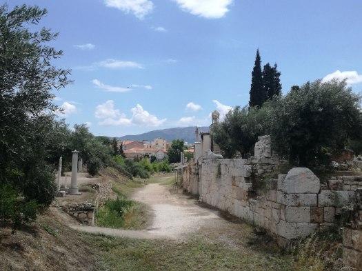 Η οδός των Τάφων με την οδό Πειραιώς πίσω